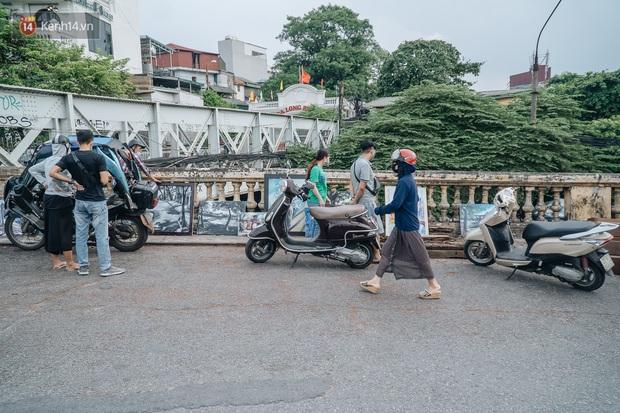 Gặp người họa sĩ già bày bán tranh trên cầu Long Biên: Tôi vẽ tranh, bán với mức giá bình dân, trừ tiền màu, họa phẩm, vẫn còn chút đong gạo - Ảnh 4.