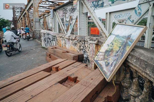 Gặp người họa sĩ già bày bán tranh trên cầu Long Biên: Tôi vẽ tranh, bán với mức giá bình dân, trừ tiền màu, họa phẩm, vẫn còn chút đong gạo - Ảnh 9.