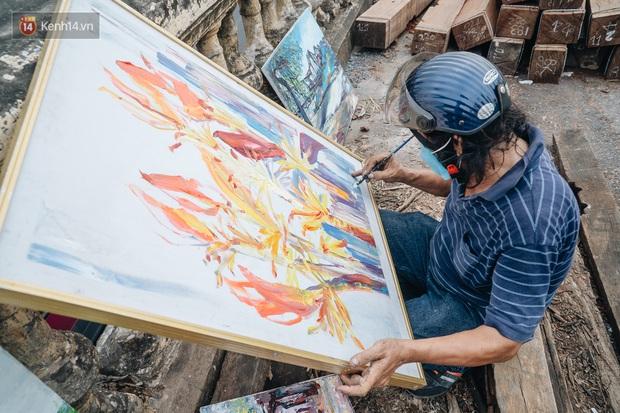 Gặp người họa sĩ già bày bán tranh trên cầu Long Biên: Tôi vẽ tranh, bán với mức giá bình dân, trừ tiền màu, họa phẩm, vẫn còn chút đong gạo - Ảnh 3.
