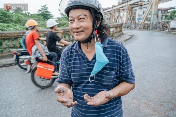Gặp người họa sĩ già bày bán tranh trên cầu Long Biên: Tôi vẽ tranh, bán với mức giá bình dân, trừ tiền màu, họa phẩm, vẫn còn chút đong gạo - Ảnh 6.