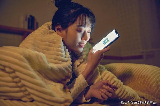 Thức khuya chơi điện thoại suốt đêm, có 5 vấn đề sức khỏe sẽ tìm đến bạn nếu không sửa ngay thói quen này từ hôm nay - Ảnh 1.