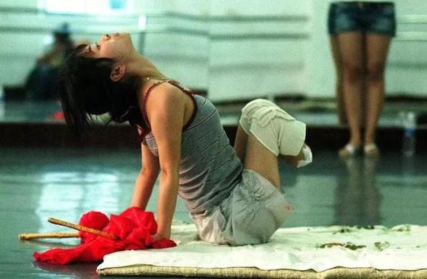 Mất con trong cơn địa chấn, cô giáo dạy múa cụt chân vẫn mạnh mẽ viết nên mối tình cổ tích giữa đời thường - Ảnh 10.