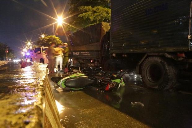 TP.HCM: Ô tô 7 chỗ tông hàng loạt xe máy dừng đèn đỏ, nhiều người bị thương nằm la liệt - Ảnh 2.