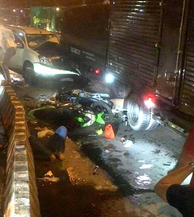 TP.HCM: Ô tô 7 chỗ tông hàng loạt xe máy dừng đèn đỏ, nhiều người bị thương nằm la liệt - Ảnh 1.