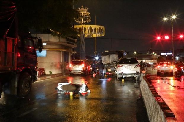 TP.HCM: Ô tô 7 chỗ tông hàng loạt xe máy dừng đèn đỏ, nhiều người bị thương nằm la liệt - Ảnh 4.
