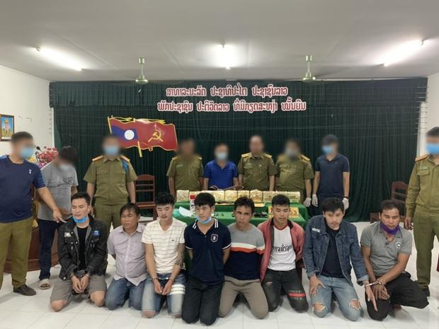 Biên phòng giăng lưới bắt 8 người Lào có súng K59, cõng 10kg ma túy qua biên giới - Ảnh 1.