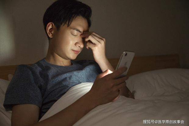 Thức khuya chơi điện thoại suốt đêm, có 5 vấn đề sức khỏe sẽ tìm đến bạn nếu không sửa ngay thói quen này từ hôm nay - Ảnh 3.