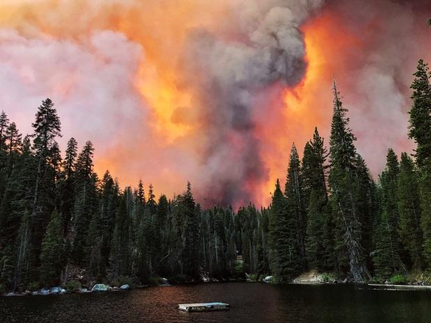 Giải cứu hơn 200 người bị mắc kẹt do cháy rừng ở California, Mỹ - Ảnh 1.