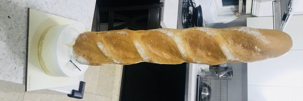 Netizens cười ngất với chiếc bánh mì khổng lồ nam idol người Hàn được tặng dịp sinh nhật, tưởng đâu mua ở Big C Việt Nam - Ảnh 2.