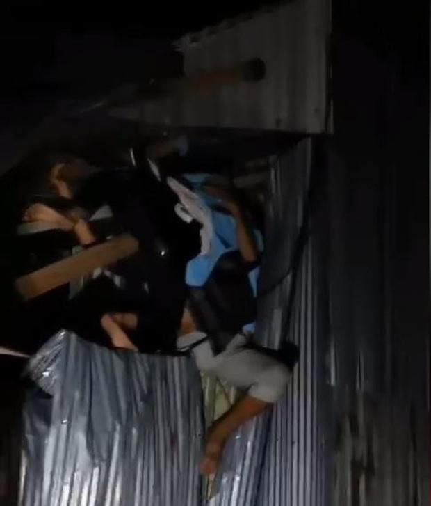 Clip tai nạn hy hữu: 2 nam thanh niên bay thẳng vào vách nhà dân, mắc kẹt nghi sau vụ va chạm mạnh - Ảnh 1.