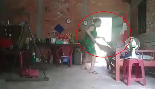 Clip: Người phụ nữ đánh đập dã man, xúc cát dính phân đổ lên người mẹ già khiến dân mạng phẫn nộ - Ảnh 2.