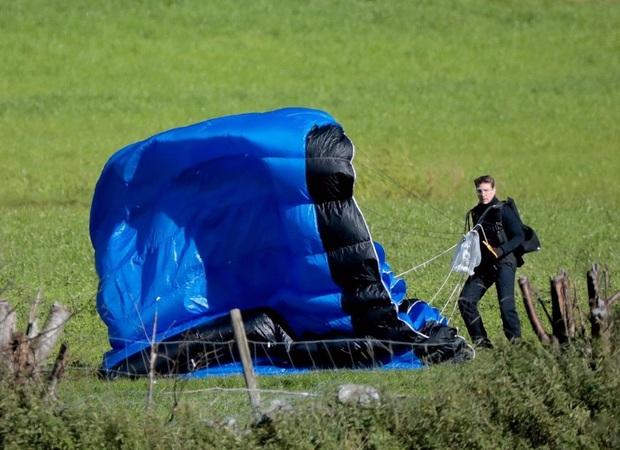 Tom Cruise lao xe khỏi vách núi ở hậu trường Mission: Impossible 7, xem mà thót tim luôn á! - Ảnh 6.