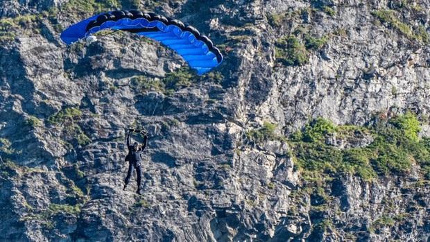 Tom Cruise lao xe khỏi vách núi ở hậu trường Mission: Impossible 7, xem mà thót tim luôn á! - Ảnh 5.