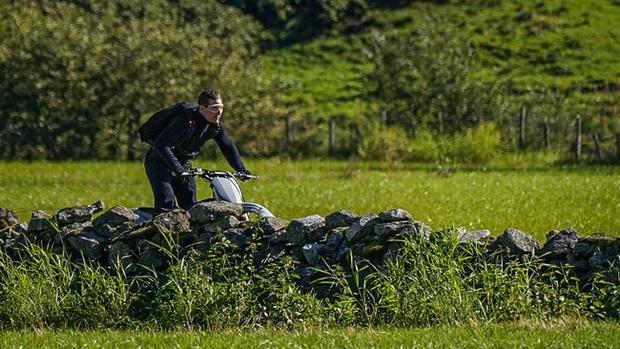 Tom Cruise lao xe khỏi vách núi ở hậu trường Mission: Impossible 7, xem mà thót tim luôn á! - Ảnh 4.