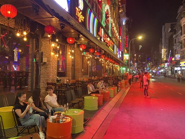 Ảnh: Các quán bar, vũ trường ở phố Tây Bùi Viện được hoạt động trở lại nhưng vẫn vắng khách - Ảnh 7.
