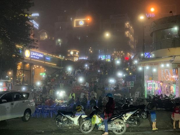 Chụp vội Đà Lạt giữa sương mù đã khiến dân mạng bồi hồi: Ai hiểu cảm giác không mưa nhưng vẫn ướt áo không? - Ảnh 2.