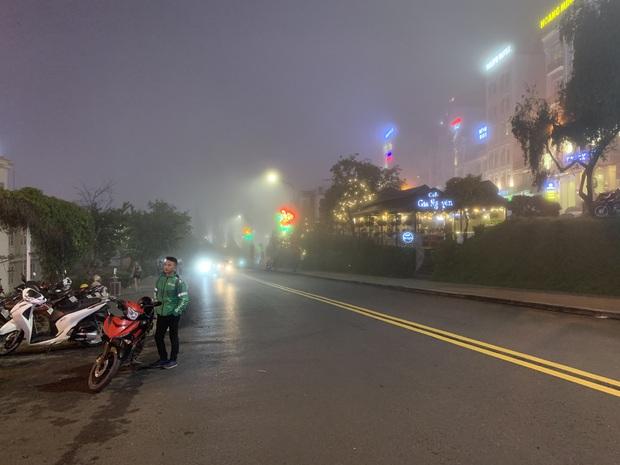 Chụp vội Đà Lạt giữa sương mù đã khiến dân mạng bồi hồi: Ai hiểu cảm giác không mưa nhưng vẫn ướt áo không? - Ảnh 3.