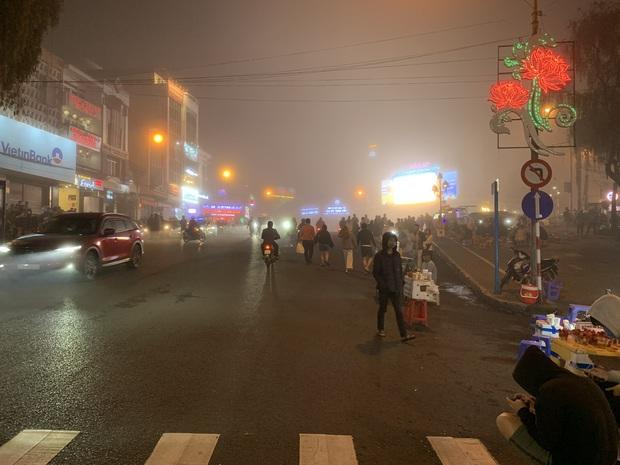 Chụp vội Đà Lạt giữa sương mù đã khiến dân mạng bồi hồi: Ai hiểu cảm giác không mưa nhưng vẫn ướt áo không? - Ảnh 4.