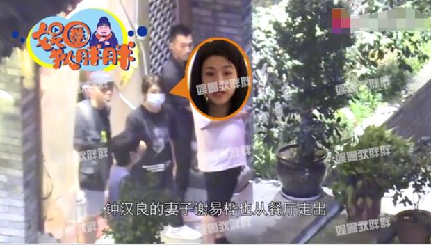 Ảnh hẹn hò cực hiếm của Chung Hán Lương và bà xã được chia sẻ, Cnet bàn tán cảnh cặp đôi xa cách như người lạ - Ảnh 4.