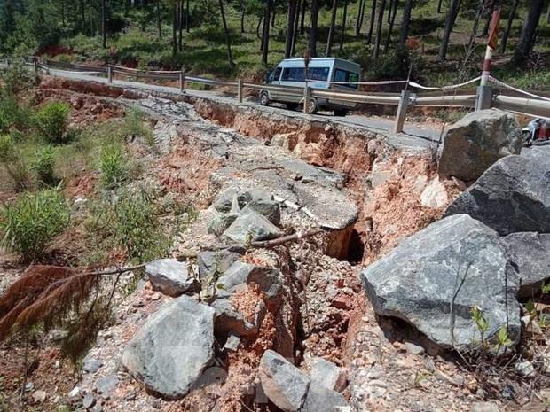 Sạt lở nghiêm trọng trên Quốc lộ 27C, nguy cơ đổ xuống trường mầm non - Ảnh 1.