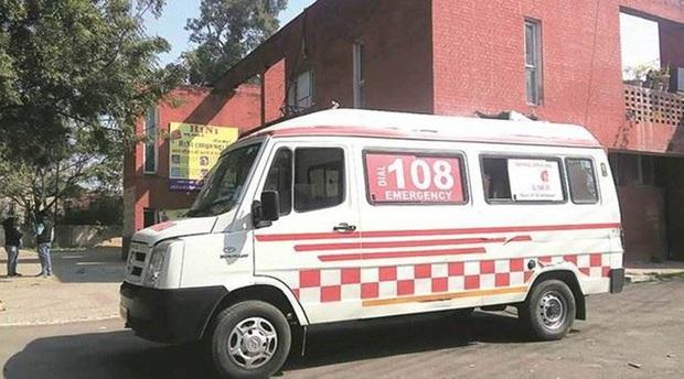 Ấn Độ: Tài xế xe cứu thương cưỡng hiếp bệnh nhân Covid-19 trên đường tới viện - Ảnh 1.