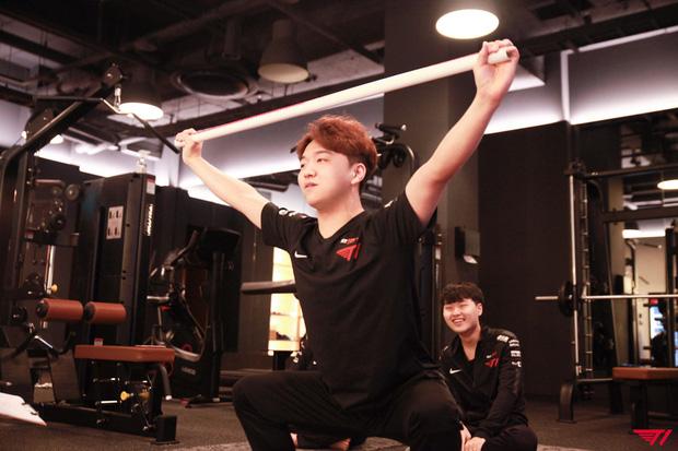 Hài hước: T1 quyết định mạnh tay bắt cả đội tập thể dục... để giành vé đi Chung Kết Thế Giới - Ảnh 2.