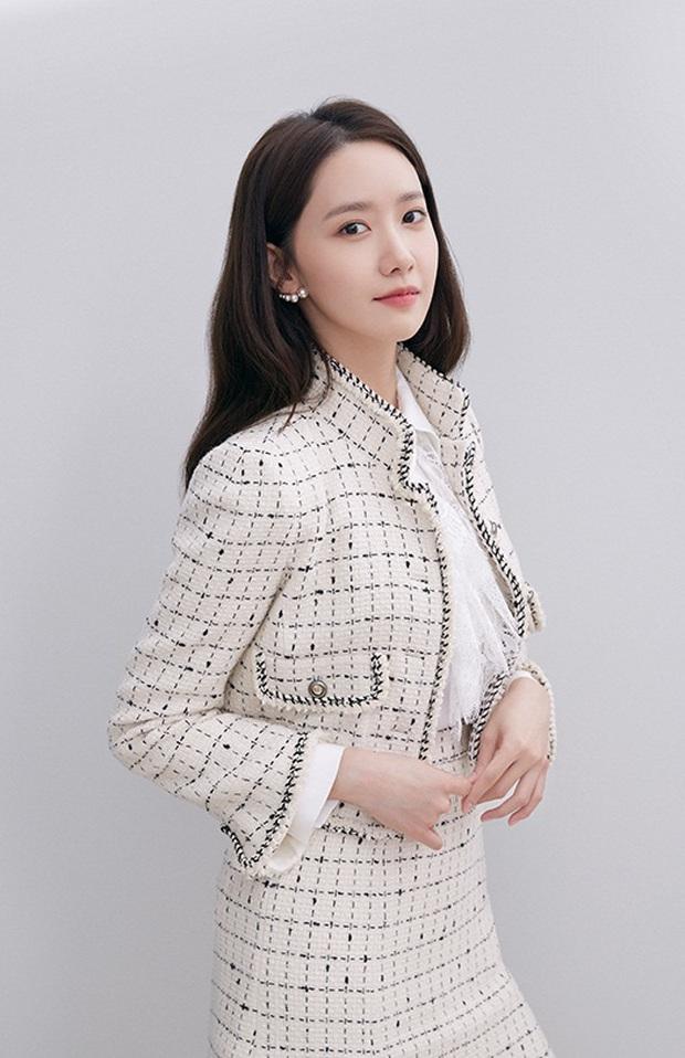 Yoona thăng cấp từ nữ thần lên bà hoàng: Vừa tạm biệt hãng mỹ phẩm bình dân đã thành nàng thơ cho hãng hi-end - Ảnh 1.