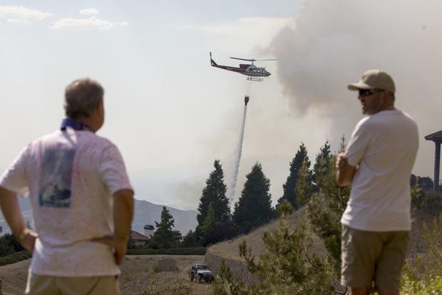 Giải cứu hơn 200 người bị mắc kẹt do cháy rừng ở California, Mỹ - Ảnh 2.