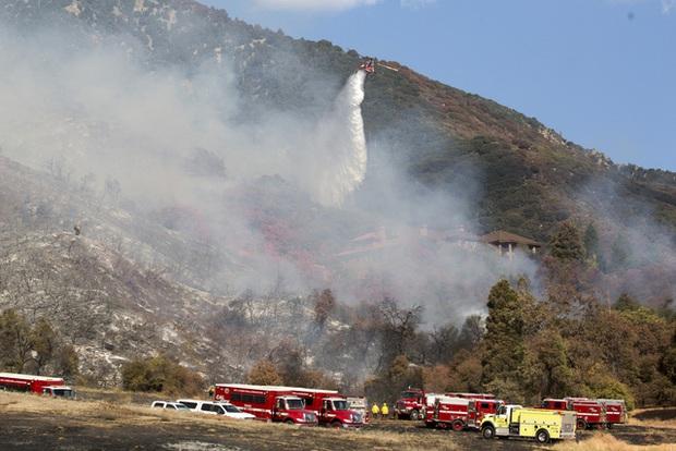 Giải cứu hơn 200 người bị mắc kẹt do cháy rừng ở California, Mỹ - Ảnh 3.