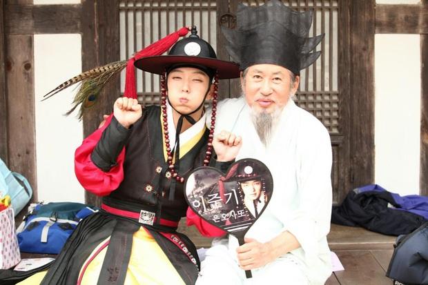 1001 khoảnh khắc hậu trường siêu nhây của Lee Jun Ki, gọi tứ ca là nam thần... kinh quả không sai mà! - Ảnh 10.