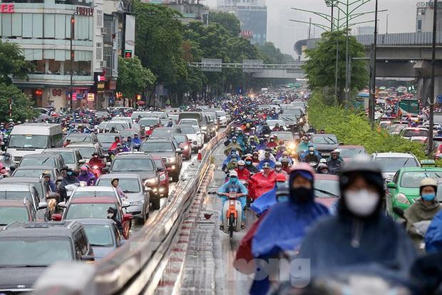 Ngày đầu tuần mưa lớn, nhiều tuyến phố Hà Nội ùn tắc dài - Ảnh 11.