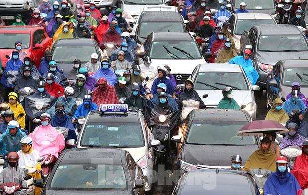 Ngày đầu tuần mưa lớn, nhiều tuyến phố Hà Nội ùn tắc dài - Ảnh 13.