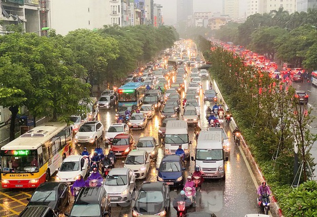 Ngày đầu tuần mưa lớn, nhiều tuyến phố Hà Nội ùn tắc dài - Ảnh 16.