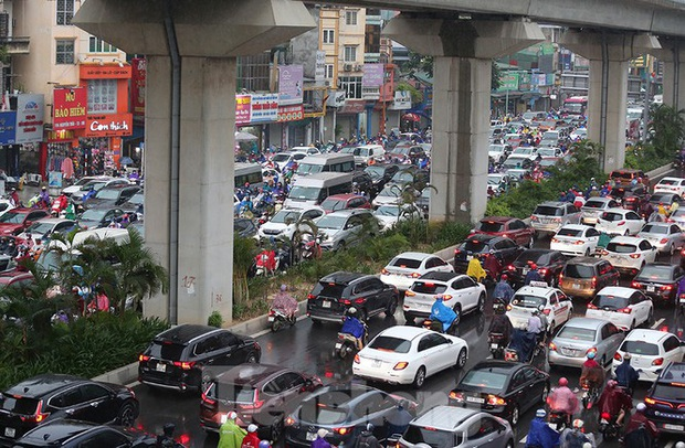 Ngày đầu tuần mưa lớn, nhiều tuyến phố Hà Nội ùn tắc dài - Ảnh 19.