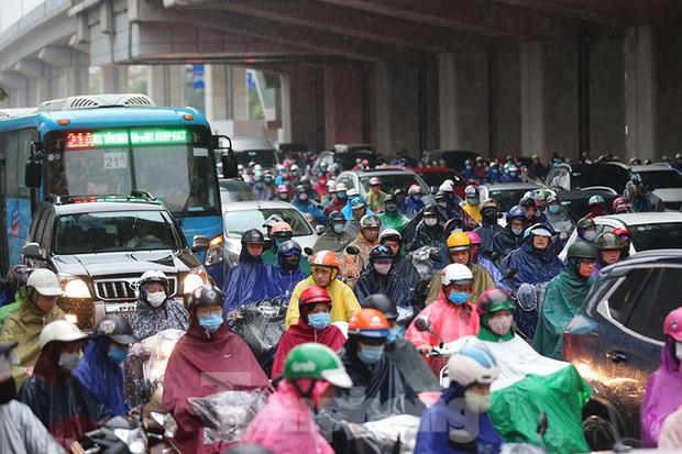 Ngày đầu tuần mưa lớn, nhiều tuyến phố Hà Nội ùn tắc dài - Ảnh 4.