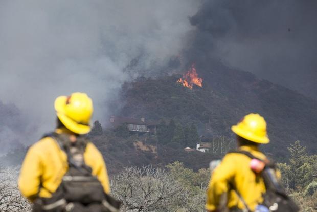Giải cứu hơn 200 người bị mắc kẹt do cháy rừng ở California, Mỹ - Ảnh 5.