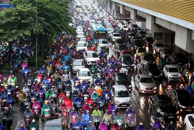 Ngày đầu tuần mưa lớn, nhiều tuyến phố Hà Nội ùn tắc dài - Ảnh 5.