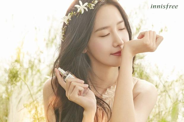Yoona thăng cấp từ nữ thần lên bà hoàng: Vừa tạm biệt hãng mỹ phẩm bình dân đã thành nàng thơ cho hãng hi-end - Ảnh 3.