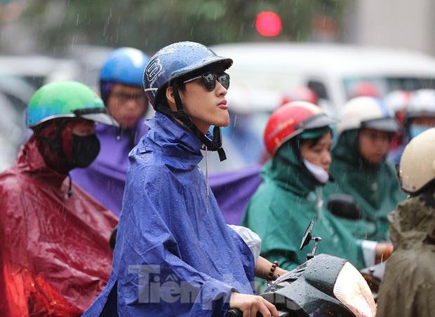 Ngày đầu tuần mưa lớn, nhiều tuyến phố Hà Nội ùn tắc dài - Ảnh 7.