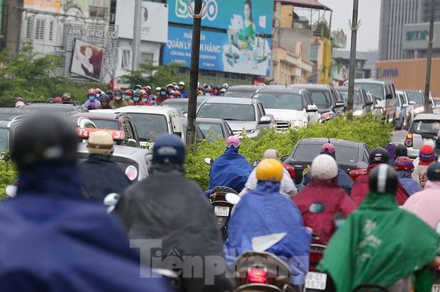 Ngày đầu tuần mưa lớn, nhiều tuyến phố Hà Nội ùn tắc dài - Ảnh 9.