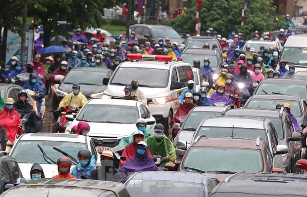 Ngày đầu tuần mưa lớn, nhiều tuyến phố Hà Nội ùn tắc dài - Ảnh 10.