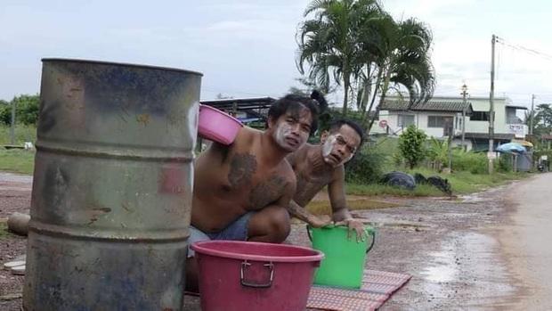 Mùa Songkran lạ lùng nhất Thái Lan: Lùi lịch tận 5 tháng, chờ mãi chẳng thấy ai đi qua để tạt nước - Ảnh 2.