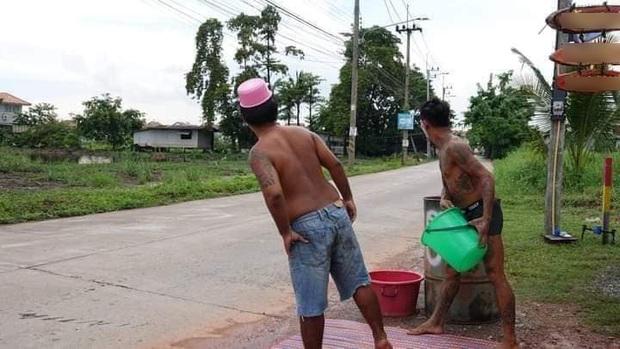 Mùa Songkran lạ lùng nhất Thái Lan: Lùi lịch tận 5 tháng, chờ mãi chẳng thấy ai đi qua để tạt nước - Ảnh 3.