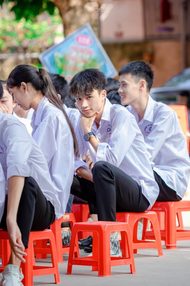 Về thăm trường cấp 3 ngày khai giảng, nam sinh 2K1 bất ngờ chiếm spotlight vì đẹp trai lai láng, biểu cảm siêu cấp dễ thương - Ảnh 4.