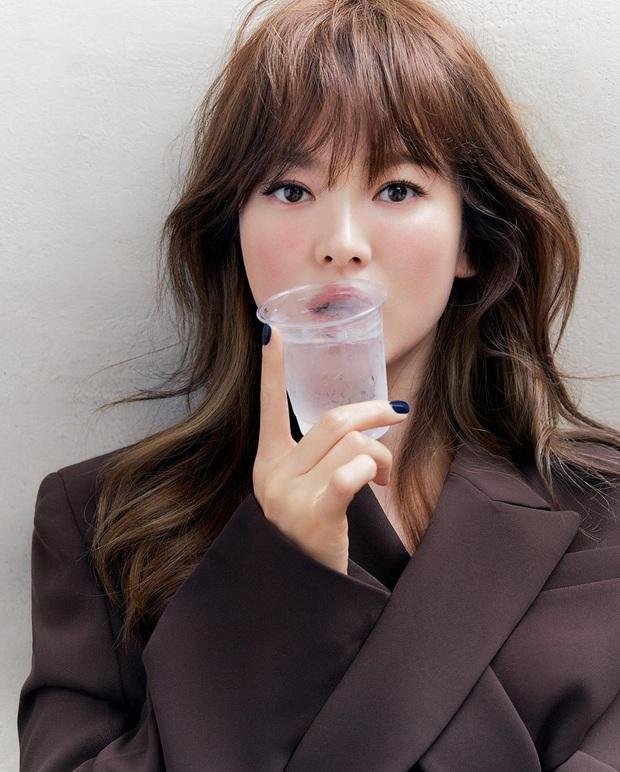 Diện suit ra dáng soái tỷ nhưng Song Hye Kyo lại lộ nhược điểm chân ngắn khi đụng độ Yuri (SNSD) - Ảnh 1.
