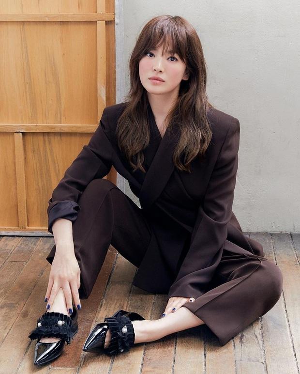 Diện suit ra dáng soái tỷ nhưng Song Hye Kyo lại lộ nhược điểm chân ngắn khi đụng độ Yuri (SNSD) - Ảnh 2.