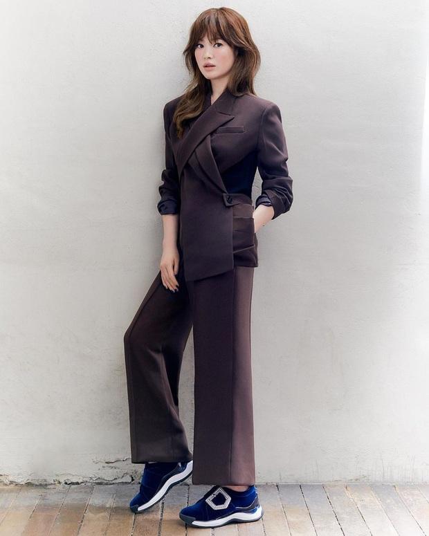 Diện suit ra dáng soái tỷ nhưng Song Hye Kyo lại lộ nhược điểm chân ngắn khi đụng độ Yuri (SNSD) - Ảnh 3.