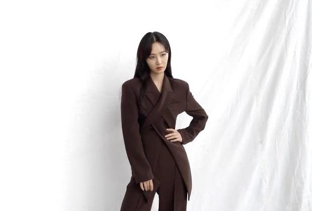 Diện suit ra dáng soái tỷ nhưng Song Hye Kyo lại lộ nhược điểm chân ngắn khi đụng độ Yuri (SNSD) - Ảnh 4.