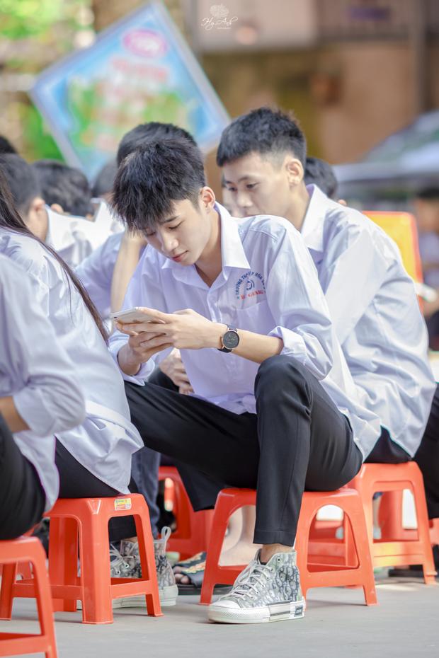 Về thăm trường cấp 3 ngày khai giảng, nam sinh 2K1 bất ngờ chiếm spotlight vì đẹp trai lai láng, biểu cảm siêu cấp dễ thương - Ảnh 1.