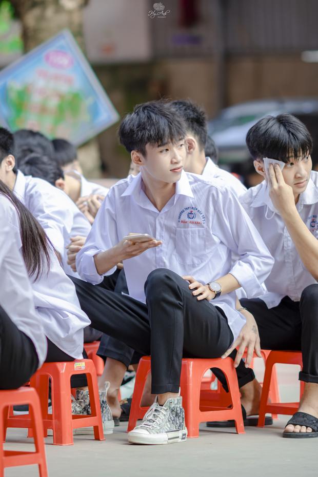 Về thăm trường cấp 3 ngày khai giảng, nam sinh 2K1 bất ngờ chiếm spotlight vì đẹp trai lai láng, biểu cảm siêu cấp dễ thương - Ảnh 2.